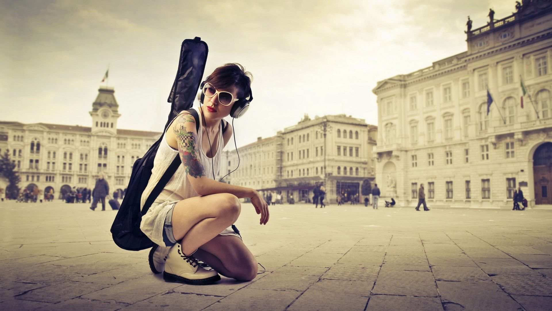 Hình nền máy tính HD cô gái đeo headphone và đàn ghita đẹp